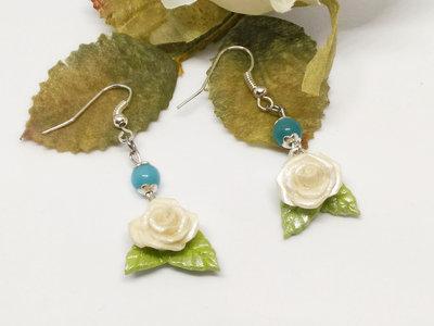 Orecchini pendenti con rose bianche in pasta di mais, e perle occhio di gatto azzurre, orecchini rose bianche, porcellana fredda