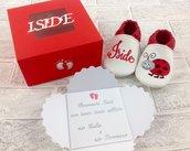 Scarpine Coccinella confezionate in scatola personalizzata, busta e biglietto con il vostro messaggio di auguri.