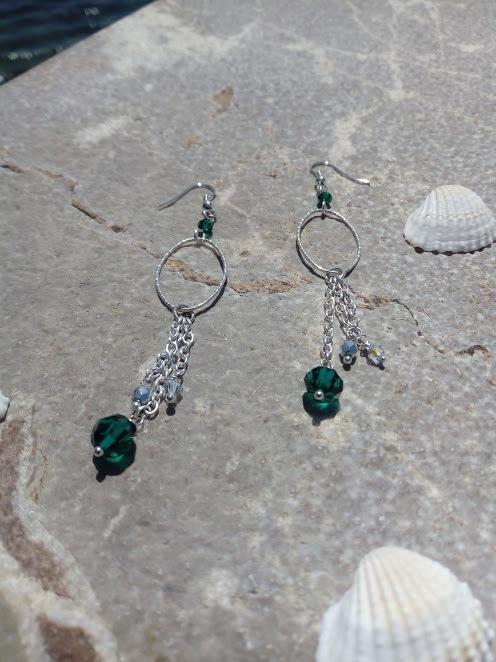 lunghi pendenti con cristalli tondi  Swarovski color smeraldo e  cristallo