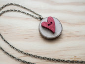 Collana con ciondolo in legno d'ulivo creato con bottoni, ciondolo con cuore rosso
