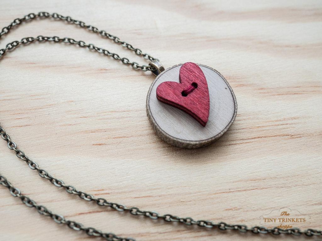 Collana con ciondolo in legno d'ulivo creato con bottoni, collana con cuore rosso