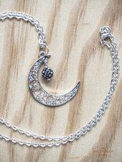 Collana con ciondolo a forma di luna e piccola perla luminosa