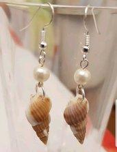 Orecchini con conchiglia e perla di bigiotteria