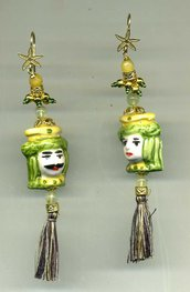 ORECCHINI pendenti con coppia di testine di re mori siciliani in ceramica di Caltagirone nei toni del verde e giallo