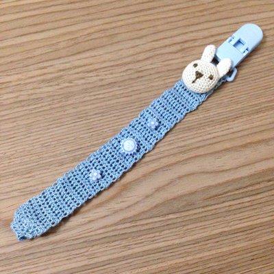 Catenella portaciuccio azzurra con coniglio amigurumi e perline fatta a mano all'uncinetto