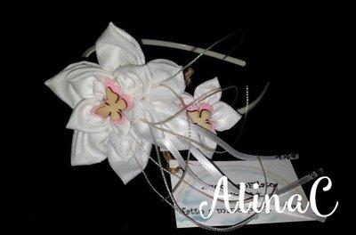 Cerchietto per capelli bianco con fiori di tessuto fatti a mano e farfalline di legno, cerimona donna e bambina