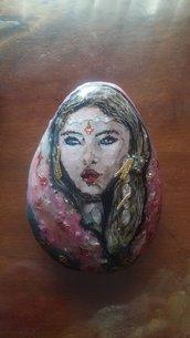 Volto di donna dipinto su pietra
