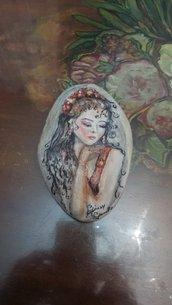 Ragazza dipinta su pietra di mare