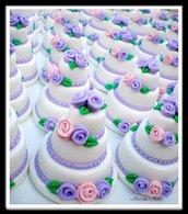 Mini wedding cake in pasta di mais con roselline rosa e lilla. Realizzate a mano