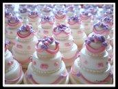 Mini wedding cake in pasta di mais con cuoricini e drappeggi rosa e lilla. Realizzate a mano, made in Italy