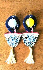 Paio di orecchini con anello blu e borsetta in resina pon pon giallo e celeste e nappina gialla