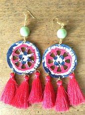 Paio di orecchini con perla verde carretto siciliano in legno co nappe in seta rosse