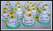 Mini wedding cake con girasoli e pergamena personalizzata con nomi sposi e data nozze. Realizzate a mano, in pasta di mais. made in Italy