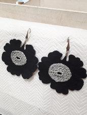 Orecchini a fiore nero e argentato