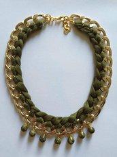 Collana in alluminio dorata con fettuccia e perline