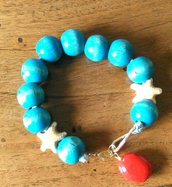 Bracciale con perle in legno dipinte turchese con 2 perle stella marina beige e ciondolo sulla chiusura