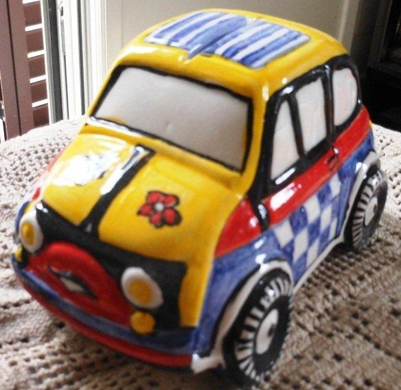 Piccola auto 500 di ceramica, salva denaro o soprammobile dipinta con motivi vari  a vivaci colori