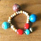 Bracciale con perline in legno e tre ciondoli con perle grandi in legno e ciondolo su chiusura