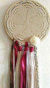 Acchiappasogni con centro ad uncinetto nastri in cotone ed in raso è roselline fatta a mano