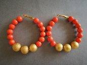 Orecchini a cerchio con perle di legno