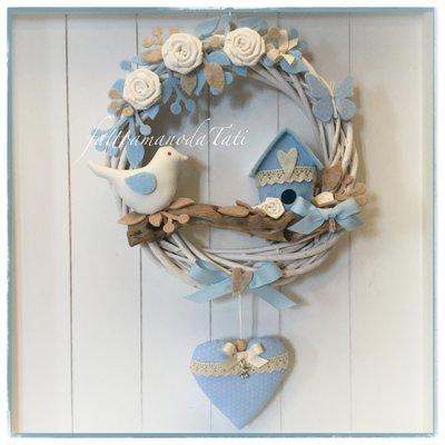Fiocco nascita in viticcio decorato con roselline,farfalla,uccellino, nido e cuore azzurri e bianchi