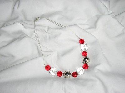 Collana rossa e bianca
