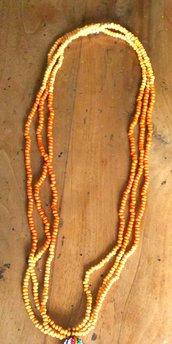 Collana lunga tre fili uniti di perline in legno duetonalita' di arancio con nappa grande come ciondolo