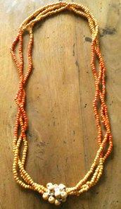 Collana lunga tre fili perline in legno con bottone centrale perle più grandi arancioni