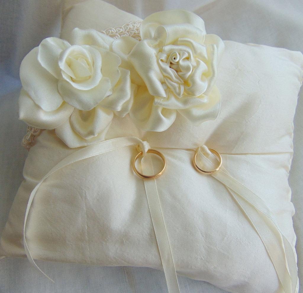 Cuscini Con Rose.Cuscino Fedi Con Rose Champagne Feste Matrimonio Di Layla S