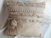 Cuscino in tela sacco con frange e rose