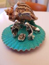 Mini presepe artigianale con statuine in metallo e grotta in conchiglia