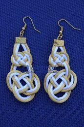 orecchini pendenti a nodi bianchi e dorati