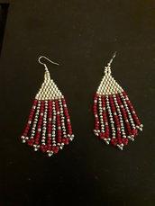 gli orecchini argento e rossi