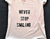 T-shirt 100% cotone 'NEVER STOP SMILING'
