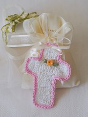 BOMBONIERA a crochet.CROCE.Aggiunta di perle,rosa in seta,fiocco.Personalizzabile.Ricordo di cerimonia