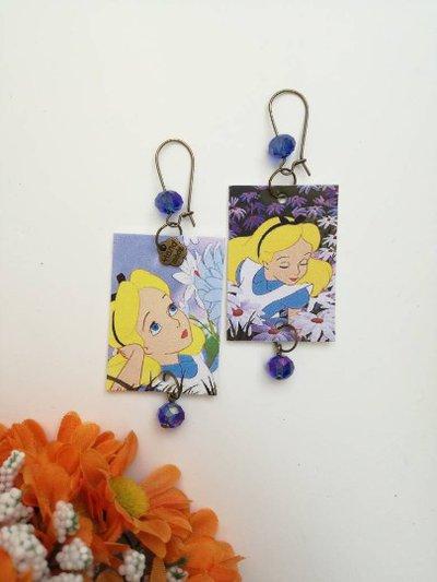 Alice in wonderland orecchini di carta pendenti con perlina viola