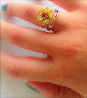 Anello regolabile con fiore tridimensionale con strass