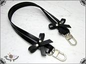 Manico per borsa, 52 cm. in cuoio nero, ha 2 fiocchi laterali in cuoio, rivetti e moschettoni extra lusso colore argento