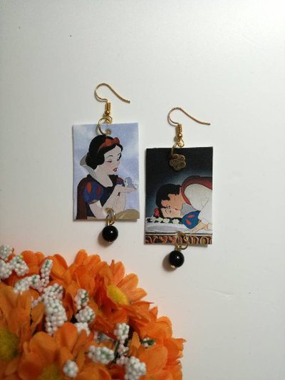Biancaneve orecchini di carta pendenti con perlina nera.