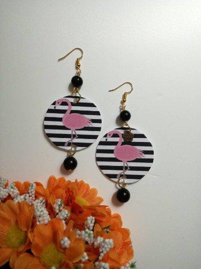 Flamingo style orecchini di carta pendenti con ciondolo cerchio e immagine in bianco e nero con fenicottero.