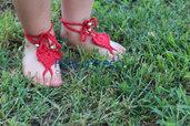 decorazione cuore rosso per piedi bimba fatto a mano all'uncinetto