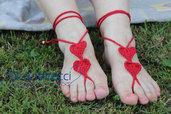 decorazioni artigianali piedi donna con cuore rosso all'uncinetto