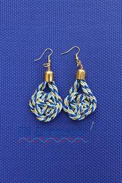 orecchini pendenti a nodi blu, azzurro e oro