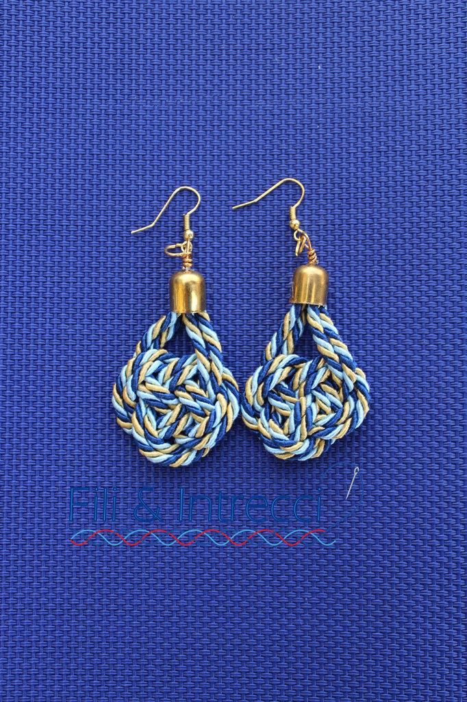 orecchini pendenti a nodi blu, azzurro e oro artigianali