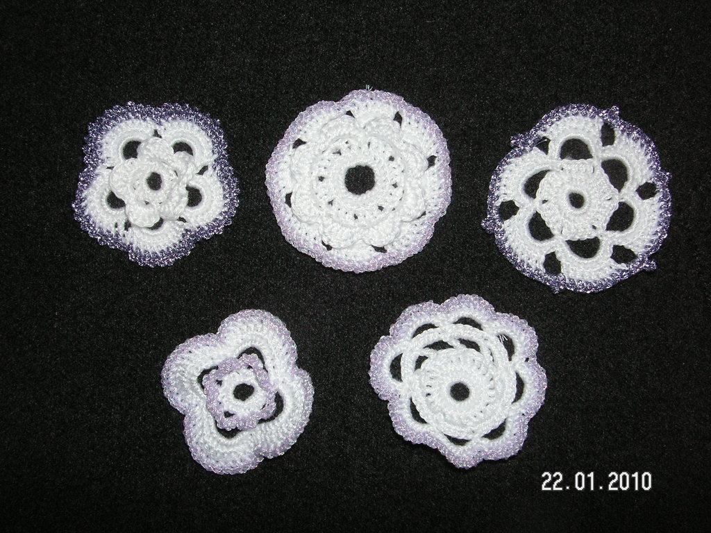 fiorellini all'uncinetto (bianchi-lilla