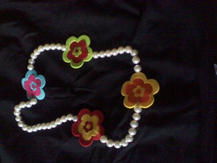 collana perle e fiori di feltro
