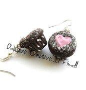 Orecchini muffin - cupcake - piccola pasticceria - dolci in fimo e cernit con cuore di marmellata alle fragole