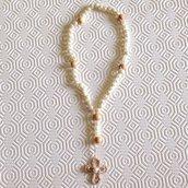 Rosario fatto a mano con perle bianche e croce beige all'uncinetto