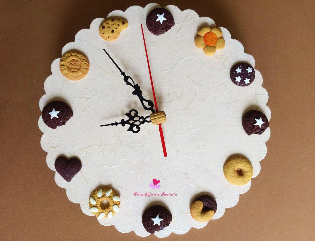Orologio da parete decorato con biscotti assortiti fatti a mano in fimo
