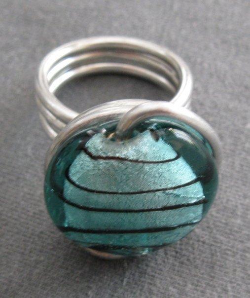 Anello alluminio con perla in vetro turchese